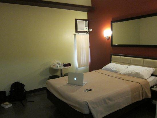 Express Inn: Room small window