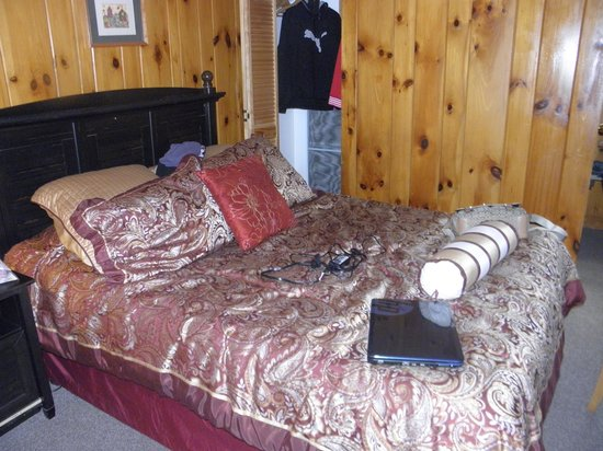 Mountain Brook Lodge: cozy comfortable room :)