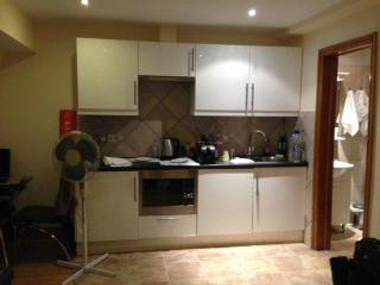 Hyde Park Suites: sala/cozinha a esquera está a mesa e a direita o banheiro