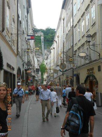 "Salzburger Altstadt: Calle de los cereales, la famosa ""Getreidegassse"""