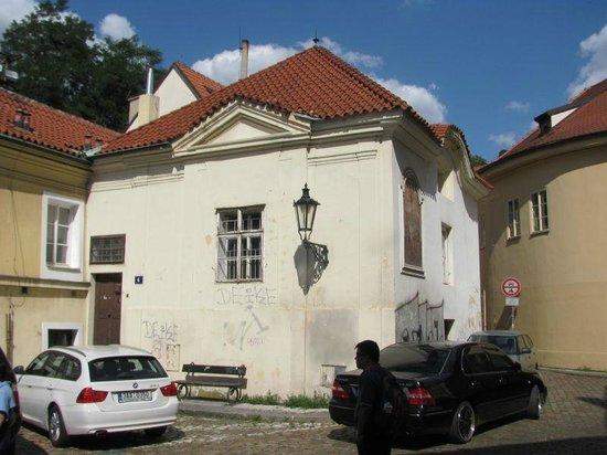 St. Castulus square: kostnice a kaple Nejsvětější Trojice