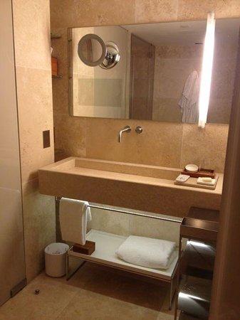 Conservatorium Hotel: bathroom on level 1 of the room