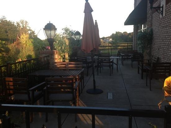 Chopstix Thai & Japanese Restaurant: Beautiful outdoor dining!