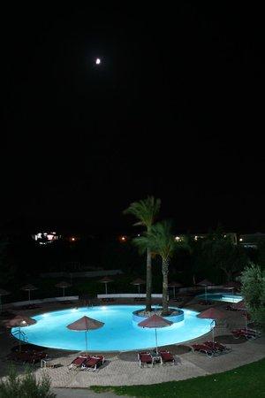 Sun Land Hotel: pool by night