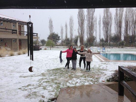 Villa Mansa Wine Hotel & Spa: En el jardín del hotel bajo la nieve