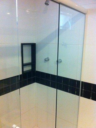 Hotel Vermont: ducha con mampara! genial me dan asco las cortinas