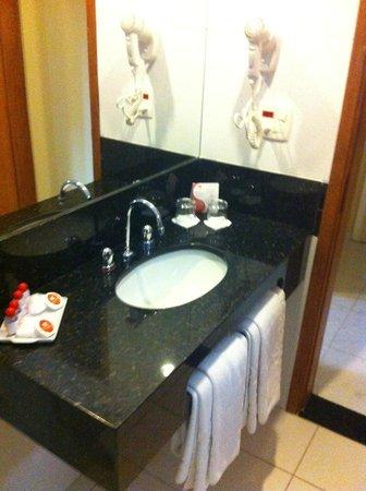 Hotel Vermont: amplio baño amenities y secador de pelo
