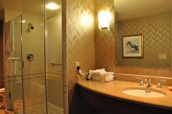 ‪‪Casino Rama Resort‬: Bathroom with separate shower‬