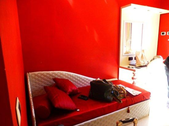 Fellini Inn Rome: Extra little room w/day bed.