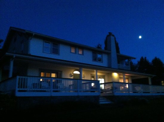 MacKaye Harbor Inn: Full moon at Mac Kaye Harbor Inn