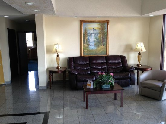 Quality Inn-Gaffney : Breakfast room right behind the lobby area.