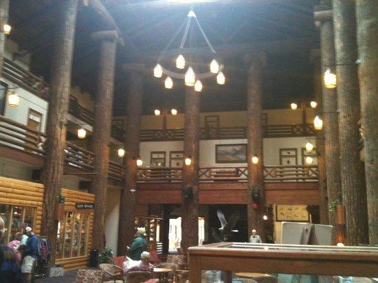 Many Glacier Lodge : Hotel lobby.