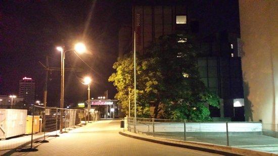 IntercityHotel Wuppertal: Vista nocturna de la calle del hotel