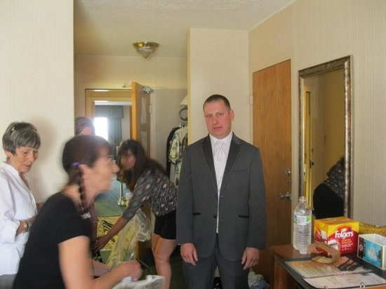 Clarion Inn Rochester: Caught in a whirlwind of women in Room 426, the groom puts up with lots of female fussing as we