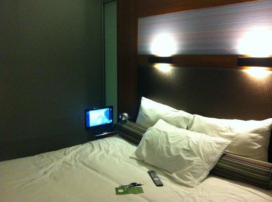 Aloft London Excel : That gargantuan bed!