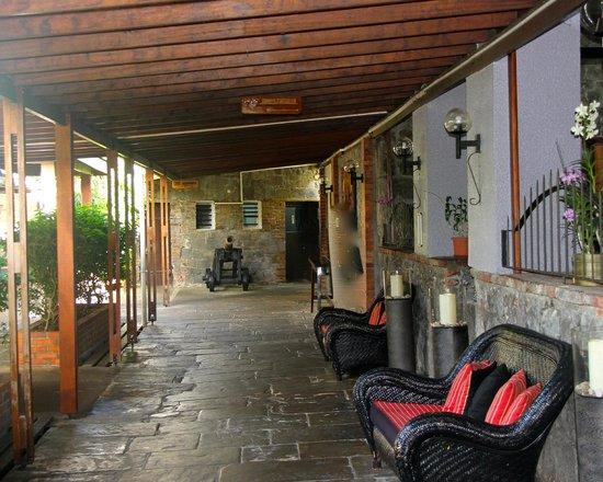 Fort Young Hotel: Entrée du Resto Cosy