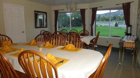 Bryce Trails Bed and Breakfast : i tavoloni della colazione