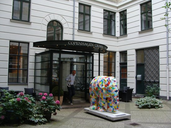 Hotel Copenhagen Crown: Front of the hotel (off the street)