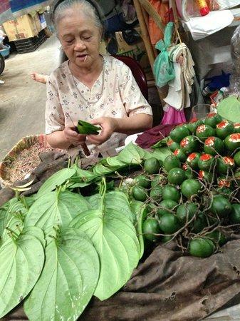 Thanh Loan Hotel : Betel leaf seller at market