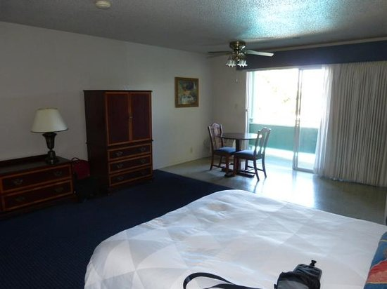 Coral Reef Inn & Suites: Bedroom