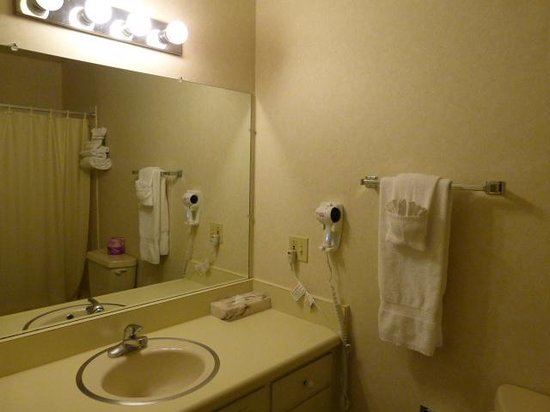Coral Reef Inn & Suites: Bathroom