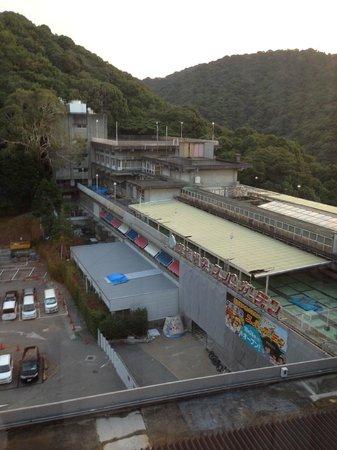 Mino Kanko Hotel: 裏の駐車場と改装中のスパ