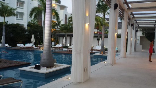Gansevoort Turks + Caicos: the front lobby and pool area