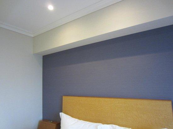 Hilton Tokyo Narita Airport Hotel : Pleasant decor with grass cloth wallpaper