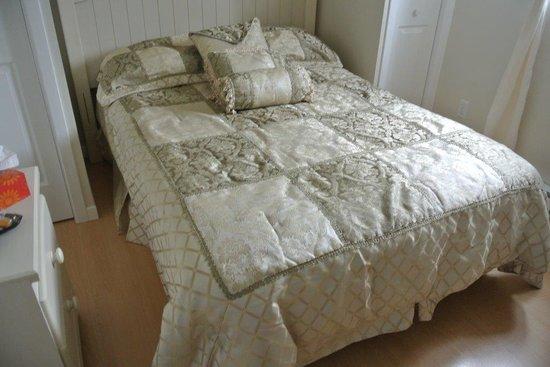 Pétales de rose, notre lit, chambre 3