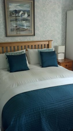 Tigh-a-Ghlinne: another bedroom photo across hall