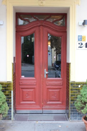 City Guesthouse Pension Berlin: Front door to Building of Room #10