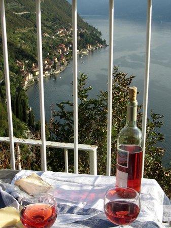 Agriturismo Castello di Vezio: Happy Hour in garden area.