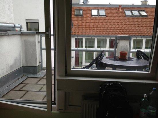 Wombat's Munich: Janelas grandes do quarto, uma abre como porta para a varanda