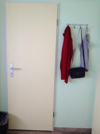 Wombat's Munich: Dentro do quarto ganchos para roupas e banheiro