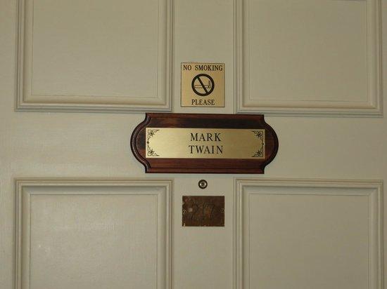 DeSoto House Hotel : Door into room