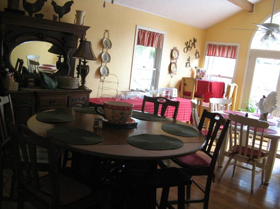 Black Bear Manor: breakfast room