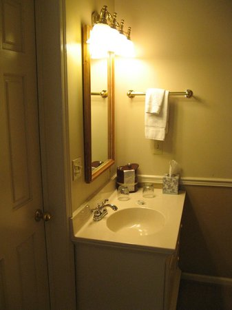 Black Bear Manor: sink area outside of bathroom