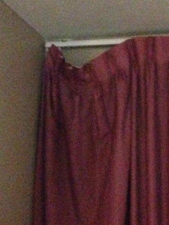 Grand Islander Hotel: Broken Curtains