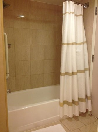 Bethesda Marriott Suites: Tub