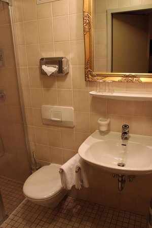 Hotel Fantasia : Sink and Mirror
