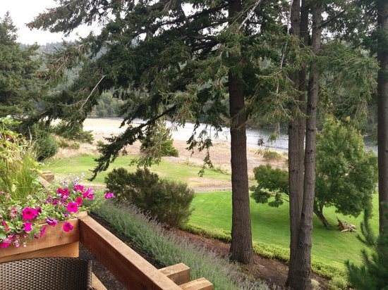 Tu Tu Tun Lodge: The Rogue River from our balcony