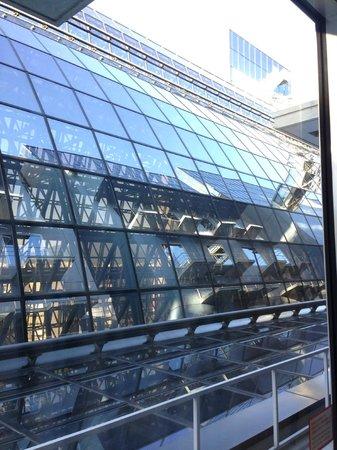 Hotel Granvia Kyoto: 窓から見える京都駅の一部。おもしろい風景ではある。