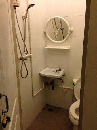 Charoendee : ensuite bathroom
