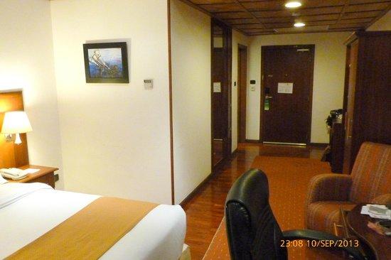 Holiday Inn Accra Airport : Room 719 towards door
