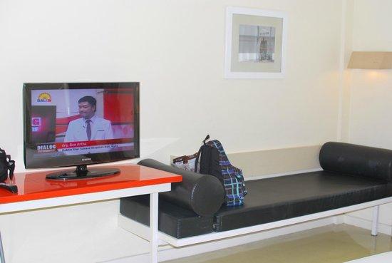 HARRIS Resort Kuta Beach: TV corner
