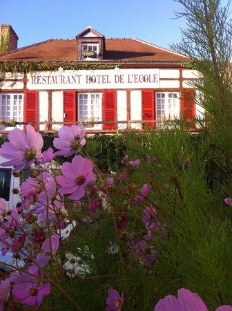 Hotel Restaurant de l'Ecole : Vue bucolique de l'hôtel
