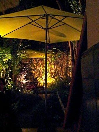 Ty Potes : le petit jardin, le soir