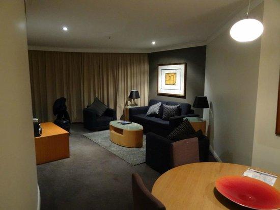 Pullman Quay Grand Sydney Harbour: Living Area - 1BR Botanical Gardens View Suite
