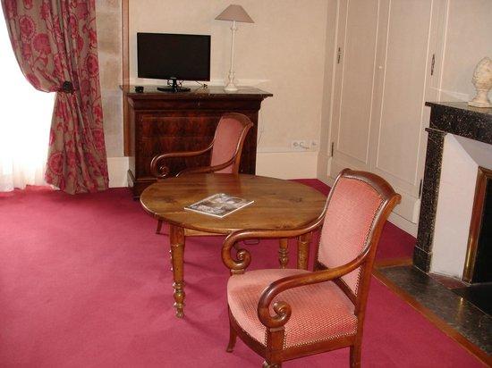 Logis Grand Hotel Montespan Talleyrand : Salon chambreTalleyrand