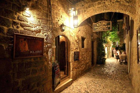 Klimt Guest House: Улица Св. Фанурия (ночер)